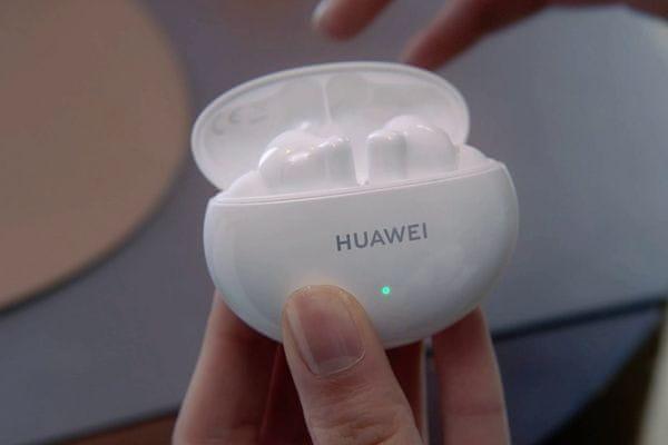 huawei freebuds 4i vezeték nélküli Bluetooth 5.2 fülhallgató csúcsminőségű hang 10mm meghajtók anc technológia csökkenti a környezeti zajt akár 10 órás üzemidő kikapcsolt anc mellett és 7,5 óra bekapcsolt anc mellett awareness mód töltőtok mikrofon környezeti zajcsökkentéssel a tiszta handsfree hívások érdekében kényelmes fülbe dugaszolható gyorstöltési funkció