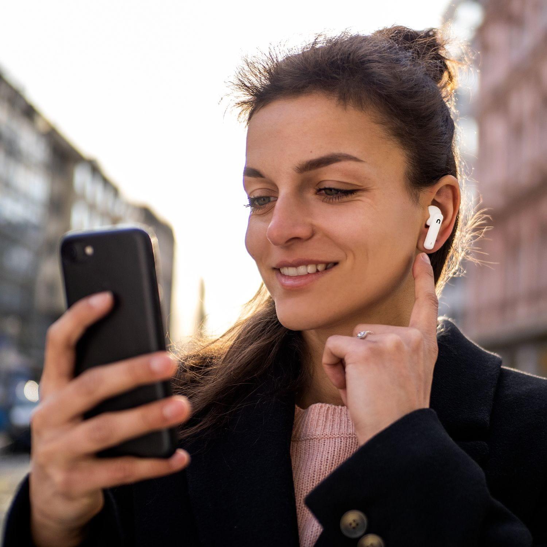 Bluetooth 5.0 slúchadlá niceboy hive pin nabíjací box celkom 18 h prevádzky na nabitie 4 h prevádzky ipx4 odolnosť voči vode dotykové ovládanie na slúchadlách podpora hlasových asistentov handsfree mikrofón