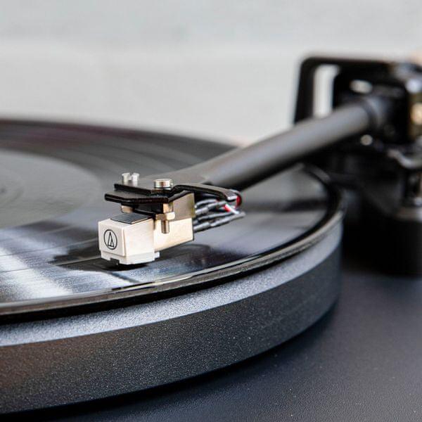 špičkový manuální gramofon crosley c6b Bluetooth technologie 2 rychlosti přehrávání desek rca výstupy protiprachový kryt pohyblivá magnetická kazeta tichý motor antivibrační nohy
