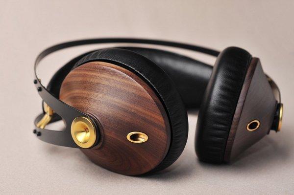 nadčasové elegantné náhlavné slúchadlá meze 99 classics výborný zvuk prémiové slúchadlá káblové pripojenie puzdro v balení dva káble v balení redukcia v balení mikrofón na kábli drevené mušle montované nelepené špičková kvalita prevedenia