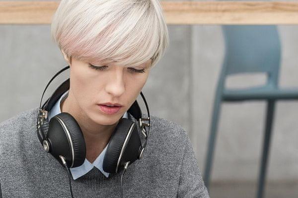 nadčasové elegantné náhlavné slúchadlá meze 99 neo výborný zvuk prémiové slúchadlá káblové pripojenie puzdro v balení dva káble v balení redukcia v balení mikrofón na kábli polymérové mušle montované nelepené špičková kvalita prevedenia