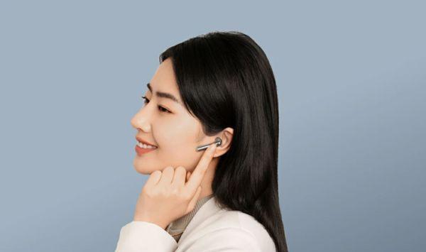 krásná přenosná sluchátka huawei freebuds 4 nabíjecí box Bluetooth anc aktivní potlačení hluků ipx4 odolnost vodě mikrofon špičkový zvuk výkonné měniče stylový design pohodlná v uších ergonomicky tvarovaná lehounké provedení pecky do uší podpora hlasových asistentů ovládání mobilní aplikací
